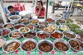 Puesto de comida en rangún con la comida birmana — Foto de Stock