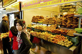 Veiled girl at snack stand in penang malaysia — Stock Photo