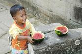 Asijské dítě jíst ovoce v kambodži — Stock fotografie