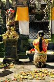 Femme en prière dans le temple de bali en indonésie — Photo
