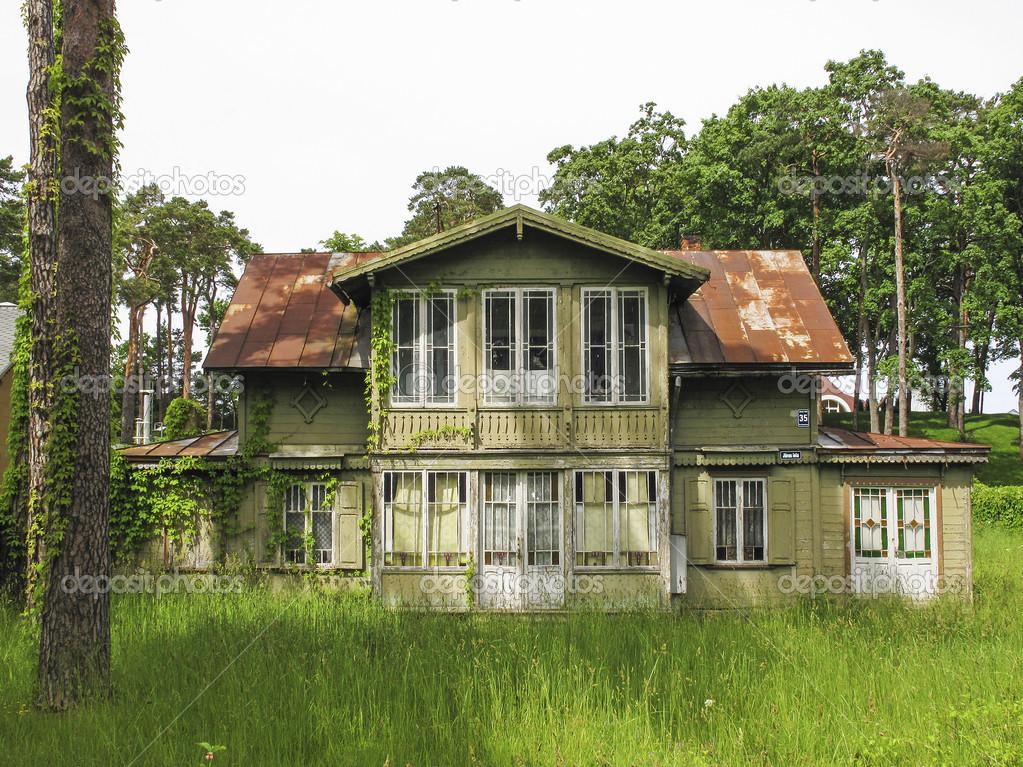 Maison en bois traditionnelle à jurmala en Lettonie — Photographie jackmalipa