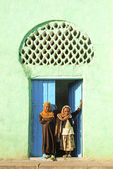 Veiled children by mosque in harar ethiopia — ストック写真