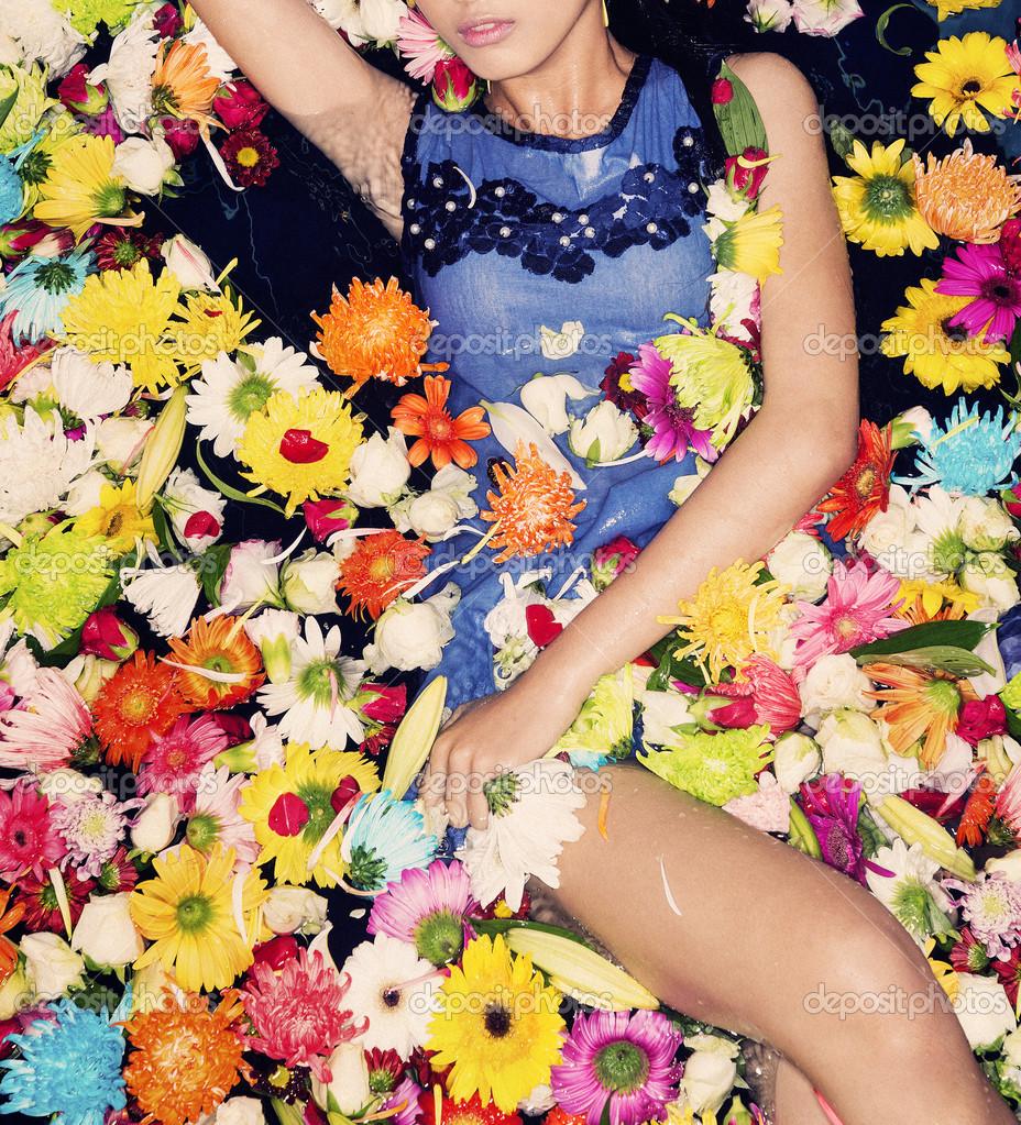 時裝模特與花在游泳池– 圖庫圖片圖片