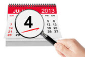 American Independence Day Concept. 4 July 2013 calendar with mag — Stock Photo
