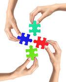 Puzzle czerwony i niebieski w ręce kobieta na białym tle — Zdjęcie stockowe