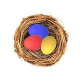 Uova di pasqua nel nidificano isolato su sfondo bianco — Foto Stock
