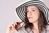 Güneş gözlüğü ve şapka modeli — Stok fotoğraf