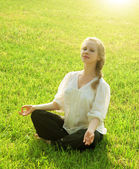 Practice yoga outdoors — Stock Photo