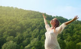 женщина, наслаждаясь жизнью на открытом воздухе в летнее время — Стоковое фото