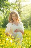 Mujer embarazada relajarse y disfrutar de la vida en la naturaleza — Foto de Stock
