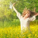 Beautiful girl enjoying the summer sun — Stock Photo