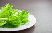 Lattuga verde su una macro close-up di piastra. concetto di dieta — Foto Stock