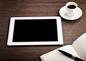Tableta vacía y un café en el escritorio — Foto de Stock