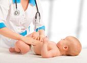 Doktor inceliyor, bu masaj bebeğin karın — Stok fotoğraf