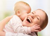 ευτυχισμένη χαρούμενη οικογένεια. μητέρα και το μωρό φιλιά — Φωτογραφία Αρχείου