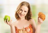 女性健康と不健康な食品の間で選択します。 — ストック写真