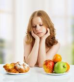 Kadın sağlıklı ve sağlıksız yemek arasında seçim — Stok fotoğraf