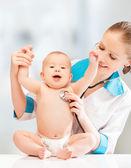 Funny baby en arts kinderarts. arts luistert naar het hart — Stockfoto