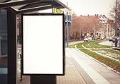 Reclamebord, banner, leeg, wit op bus stop — Stockfoto