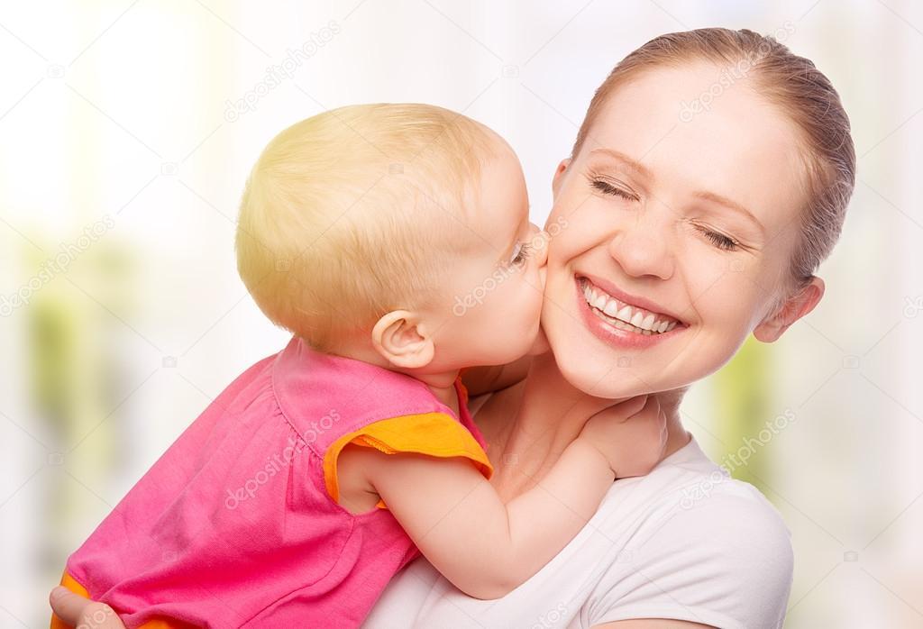 母亲和婴儿接吻 — 图库照片08