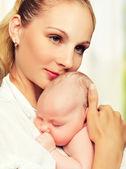 Bebé recién nacido en brazos de la madre — Foto de Stock