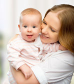 Gelukkige familie. jonge moeder met baby — Stockfoto