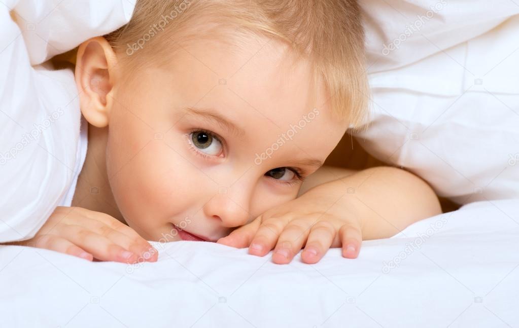 Мальчик лежит на кровати фото фото 170-263