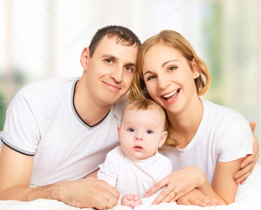 Фото семьи с маленьким ребенком