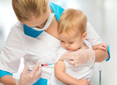 Doctor does injection child vaccination baby — Stockfoto