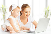 Mom and baby with computer working from home — Stock Photo