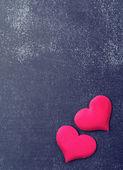 Bir kara tahta üzerinde iki kırmızı kalp — Stok fotoğraf