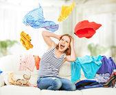 飞行在沙发上的衣服滑稽快乐的女孩 — 图库照片