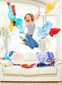 自宅でジャンプの服に飛んで面白い女の子 — ストック写真