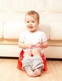 Baby sitter sur pot dans les toilettes — Photo