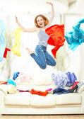 与飞行衣服在家里跳滑稽可笑的姑娘 — 图库照片