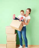 Happy family mother and baby daughter in an empty apartment with — Stockfoto