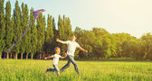 Dad and son child flying a kite in summer nature — Stock Photo