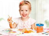 Happy child girl draws paints — Foto Stock