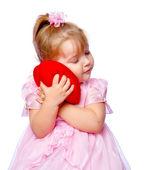 Krásná dívka v věnec drží srdce na bílém pozadí — Stock fotografie