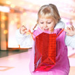 Little girl holding a bag of shopping — Stockfoto