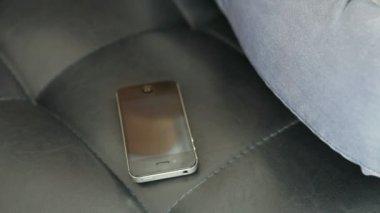 El teléfono móvil suena y él se levanta — Vídeo de Stock