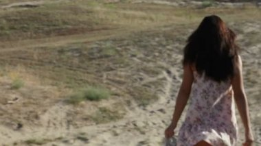 Girl hurries downward on a sandy mountain — Stockvideo