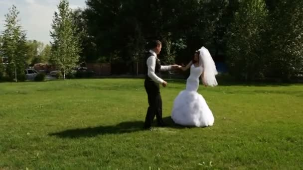 En el amor con una pareja bailando el primer baile de boda — Vídeo de stock