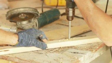 木製の梁の掘削. — ストックビデオ