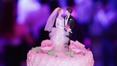 Figuras em um bolo de casamento — Vídeo stock