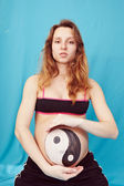 Pregnant girl with a picture — Stockfoto