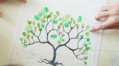 Familia dibuja su árbol genealógico huellas — Vídeo de stock