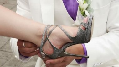 Aide pour s'habiller les mariage chaussures de mariée marié — Vidéo