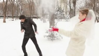 Newlyweds throw snowballs at each other — Stock Video