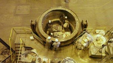 Trabalhadores forrados com concha refratária para aço fundido — Vídeo Stock